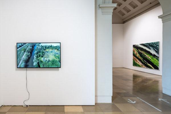 links: Patricija Gilyte: Extension, Donau_Wald_Floß, 4K Video ohne Sound rechts: Monika Humm; Volcanism 31, MT auf LW/Holz / Galerie der Künstler München, 2021 Foto: Edward Beierle