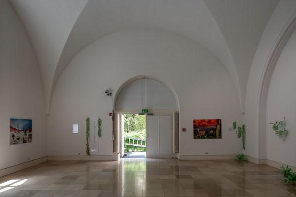 Tatjana Utz: Reale Utopien links: Wüste, rechts: Rehe, Installation / Supernature, Galerie der Künstler München, 2021 Foto: Edward Beierle