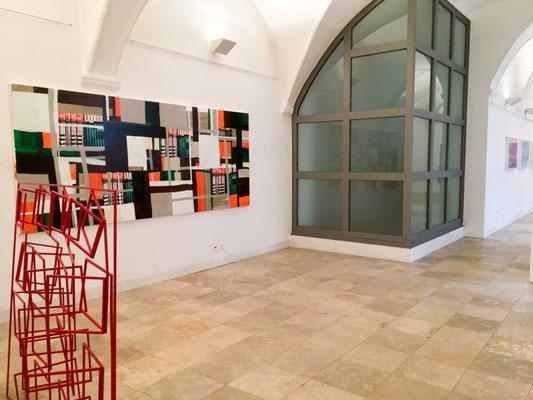 Ausstellungsansicht AUS PRINZIP, Skulptur: Sabine Straub, Malerei: Monika Humm