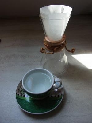 Das heiße Wasser vom Spülen des Filters kann sehr gut für das Vorwärmen der Tasse genutzt werden