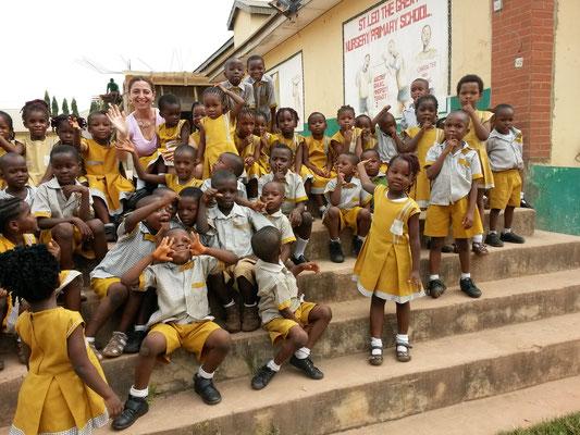 Bildungspatin Gül K. bei ihrem Besuch in der Grundschule von St. Leo´s in Enugu.