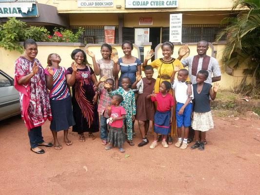 Das Team vom CIDJAP mit einigen geförderten Kindern und ihren Eltern/Betreuern.