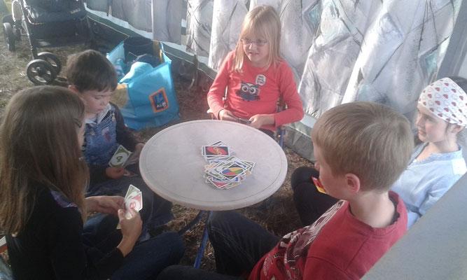 Spielen im Zelt