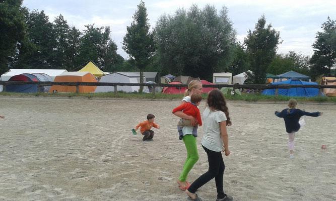 der Sandplatz war der Spielplatz