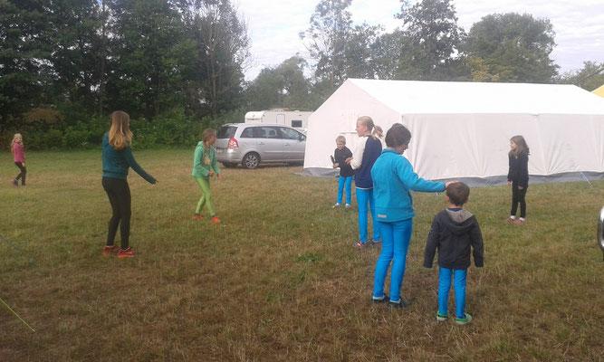 Spielen vor dem Zelt