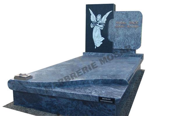 """Monument funéraire en granit """"Mass Blue"""" avec inscription en bronze, stèle en granit noir fin avec gravure """"Ange"""""""