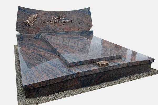 """Monument funéraire en granit """"Bararp"""", inscriptions et mains priantes en bronze"""