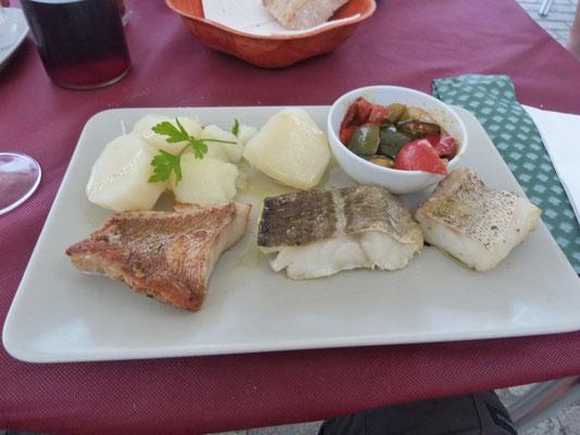 dreierlei gegrillter Fisch, Kartoffeln, Gemüse
