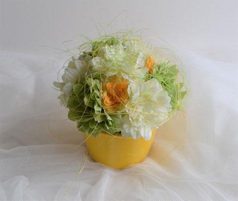 Gesteck gelb-grün-orange. Begonien und Rosen. 13,50 €