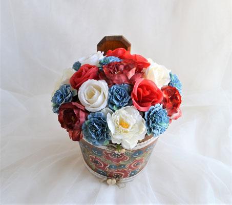 Blumengesteck im Kübel mit Bauernmalerei