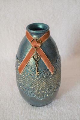Vase grün-gold mit Samtband und Anhänger
