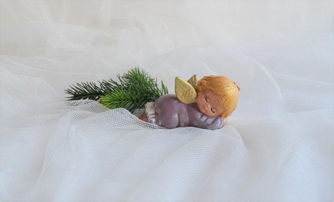 Schlafender Engel aus Keramik lilafarben