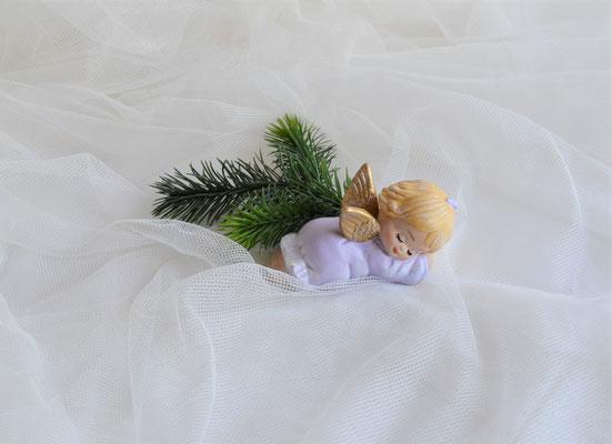 Schlafender Engel aus Keramik fliederfarben