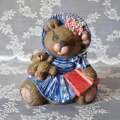 Bärenmutter mit blauem Kleid und rotem Buch