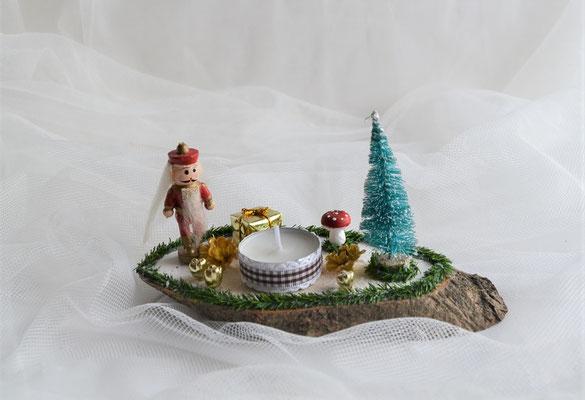 Baumscheibe mit verschiedener Deko und Teelicht
