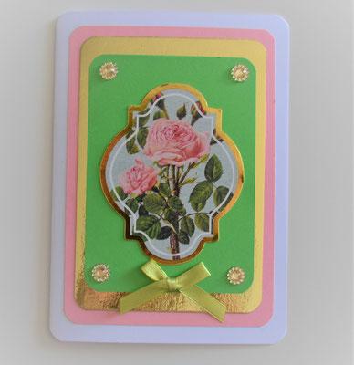 Die Karte ist ohne Text und kann somit individuell eingesetzt werden. Sie hat ein Blumenmotiv in der Mitte, Strass-Steine und eine kleine Schleife.