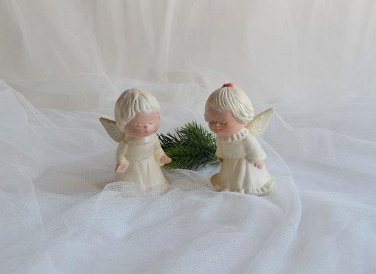 Zwei Küssende Engel im cremefarbenen Kleid