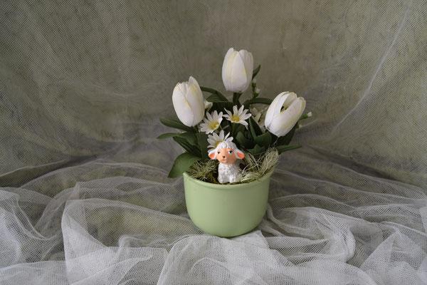 Ostergesteck grün-weiß mit Tulpen und Dekofigur Schaaf