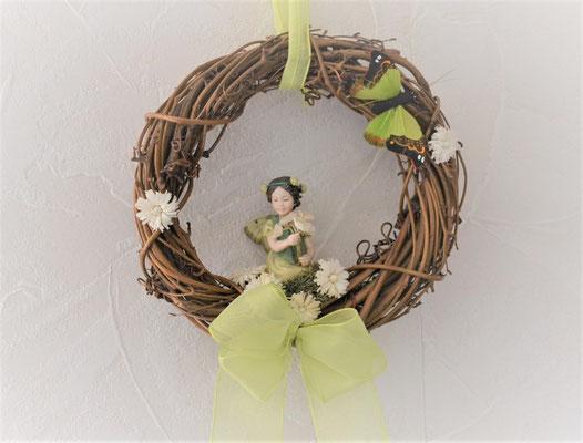 """Von Hand dekorierter Rebenkranz mit Flower Fairies """"Hopfenkleemädchen"""""""