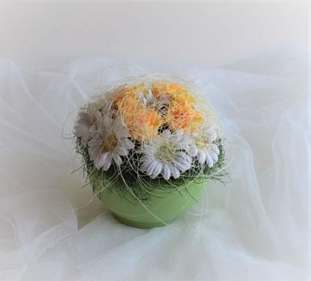 Frühlingsgesteck mit Margeriten und Rosen im hellgrünen Keramiktopf