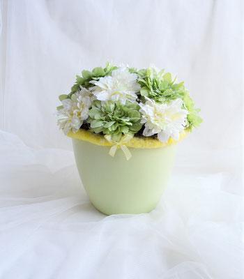 Gesteck mit Dahlien grün-creme mit gelbem Wollband