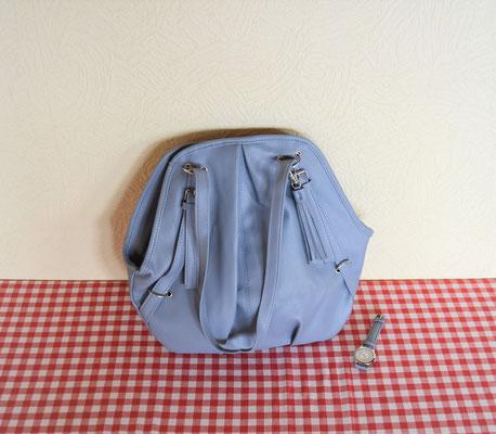 Damenhandtasche aus Lederimitat in Jeansblau mit passender Quarzarmbanduhr.