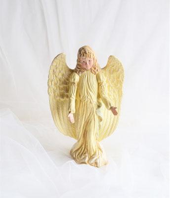 Engel aus Keramik mit großen Flügeln in zartgelb-gold