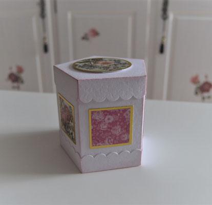 Fünfeckbox mit Blumenmotiven