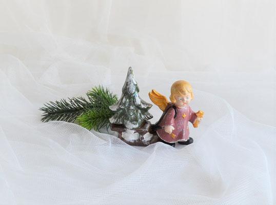 Engel mit Schlitten aus Keramik