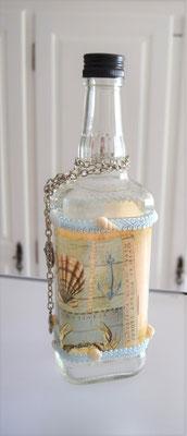 Dekorierte Flasche eckig mit Anhänger und Muscheln