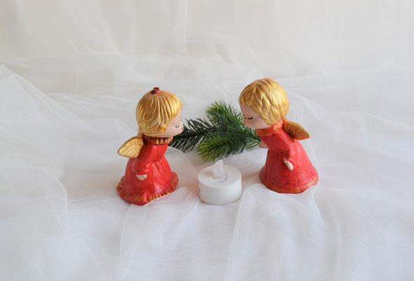 Zwei Küssende Engel mit rotem Kleid