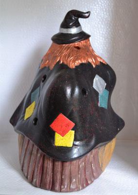 Keramikhexe auf Kürbis