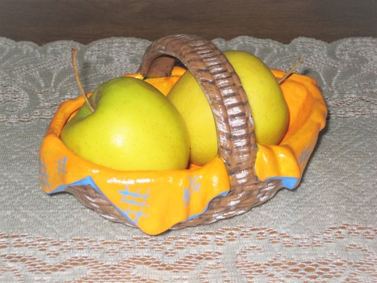 Geflochtener Korb mit Serviette aus Keramik