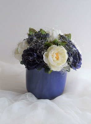 Gesteck mit Rosen blau-creme