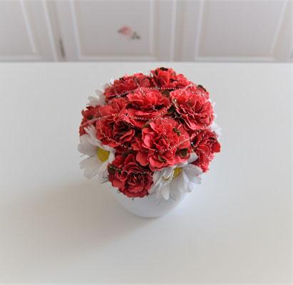 Gesteck mit Margeriten und roten Begonien im weißen Keramiktopf