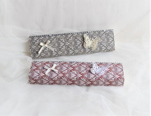 Schiebeschachtel in grau-creme/weiß-rot. Farblich passend ist der ausgestanzte Schmetterling sowie die keine Schleife aus Stoff.