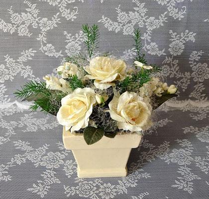 Gesteck mit cremefarbenen Rosen im viereckigen Keramiktopf