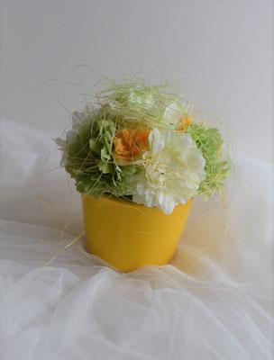 Gesteck mit Begonien und Rosen gelb-grün-orange.