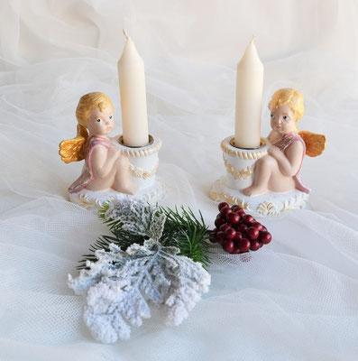 Zwei sitzende Putten mit Kerzen.