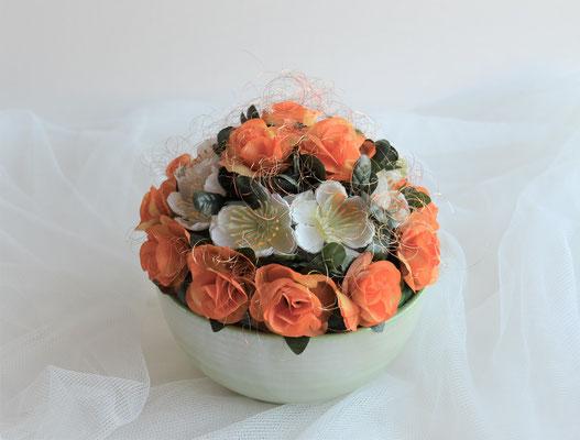 Gesteck orange-weiß. Rosen und Kirschblüten. 16,50 €