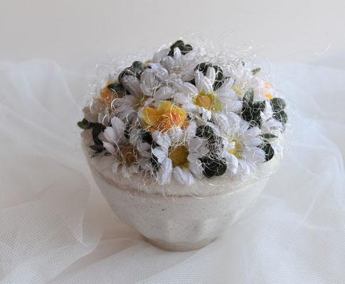 Gesteck im weißen Topf mit Margeriten und gelben Rosen 14,90 €