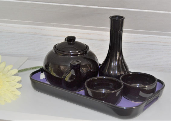 Tablett mit Teetassen, Teekanne und Vase mit Blume