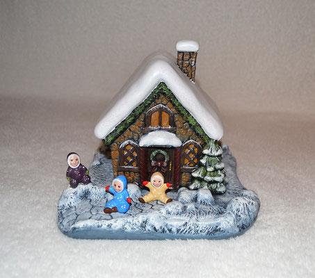 Weihnachtshaus mit kleinen Schneebabys