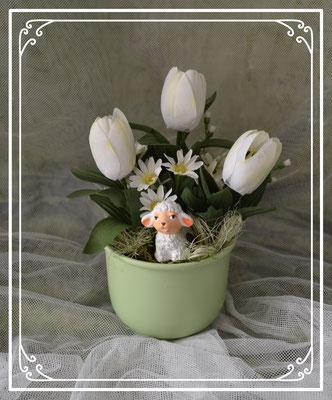 Gesteck im grünen Topf mit weißen Tulpen