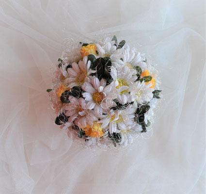 Gesteck mit Margeriten und Rosen im weißen Keramiktopf.