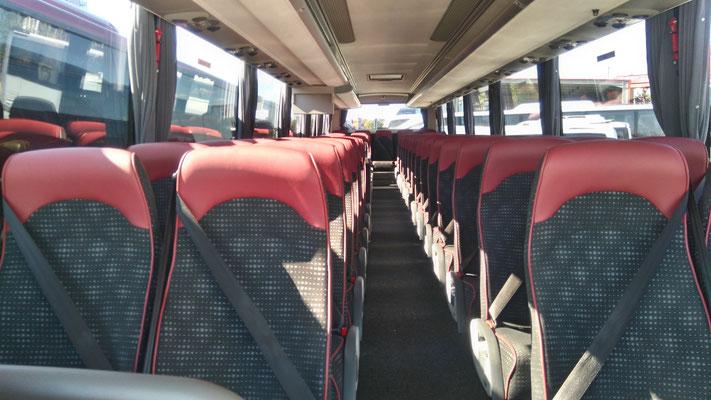 57人乗りバス内部