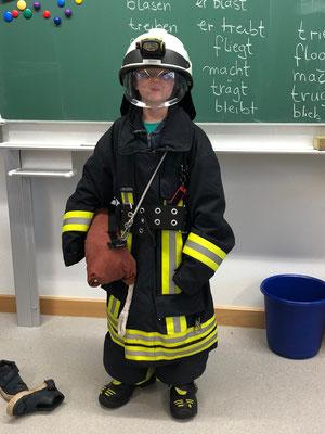 35 kg wiegt so eine Feuerwehrausrüstung, die der Feuerwehrmann beim Einsatz trägt.