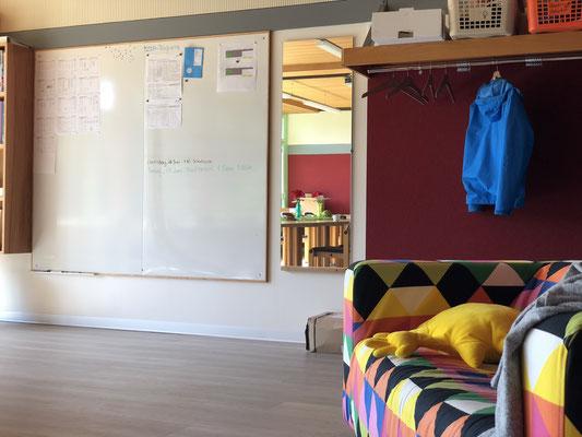 als Demoversion für eine mögliche Möblierung der Sitzecke musste das alte Sofa aus dem DaZ-Zimmer herhalten.