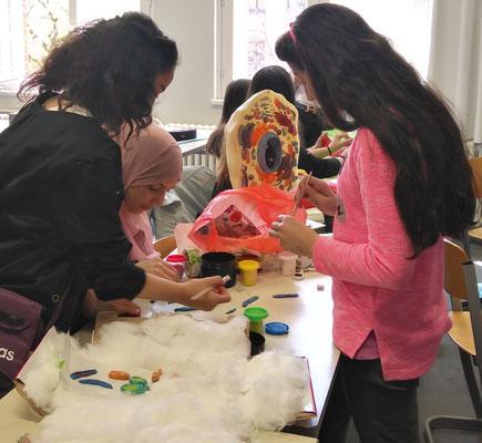 Schülerinnen der 7d bauen ein Zellmodell