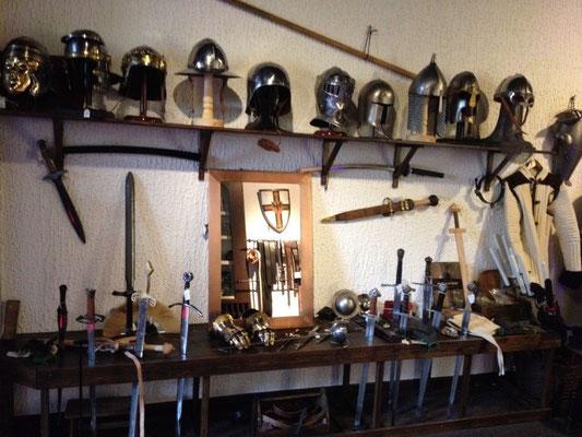 Helme und Schwerter für Römer, Ritter und Wikinger